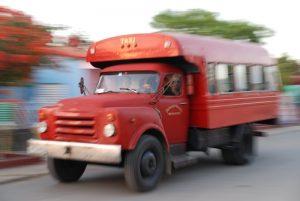 Oldtimer-Bus-in-Vinales-Zeitunterschied-Kuba