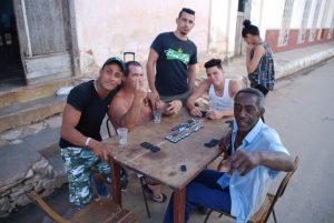 Kubaner-beim-Domino-spielen-in-Remedios-Kommunikation-Kuba