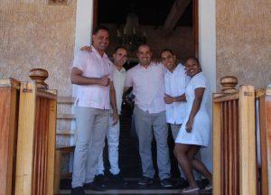 Kellner-eines-kubanischen-Restaurants-in-Vinales-Landesküche-Speisen-und-Getränke