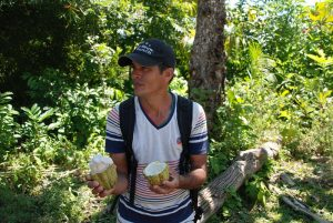 Guide-in-Baracoa-Kakao-Trinkgeld-auf-Kuba
