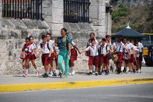 Schulkinder-in-Santiago-de-Cuba-Reisen-mit-Kindern