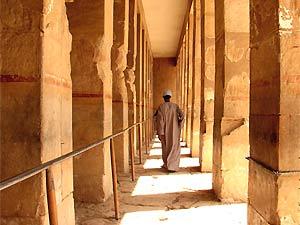 Mann in Tempel in Luxor