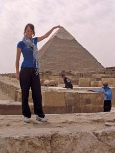 Frau vor den Pyraminden in Gizeh