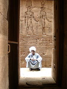 aegypten-tempel-mann-sitzend