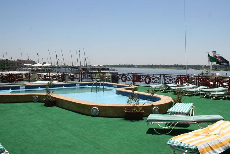 Blick auf den Pool einen klassischen Nilkreuzfahrtschiffes
