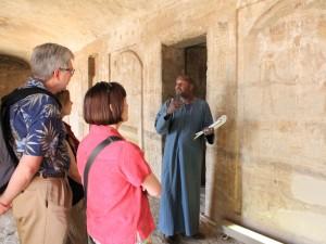 Touristen in einem Tempel in Ägypten