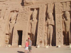 Reisende vor dem Tempel in Abu Simbel