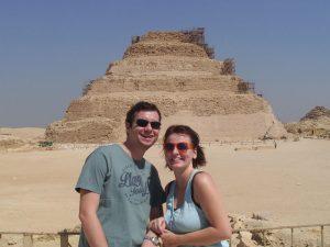 Reisende vor der Stufenpyramide Sakkara
