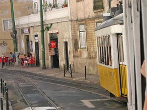 rumpelnde Straßenbahn in Lissabon