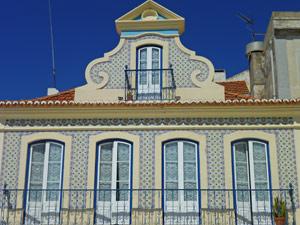 typisches-Fliesenhaus-an-der-Costa-Lisboa