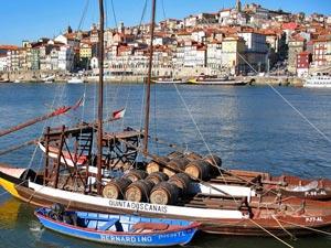 Weinboote auf dem Douro in Porto im Norden Portugals