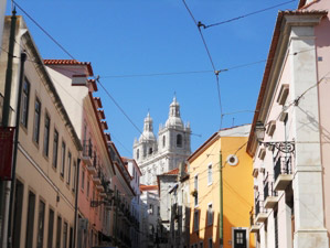 Von Porto nach Lissabon - Altstadtgasse in Lissabon