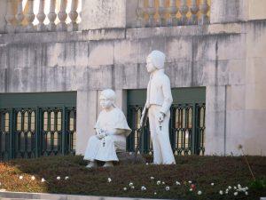 Hirtenkinder vor der Kirche