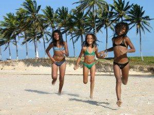 Brazilie met kinderen - rennen strand