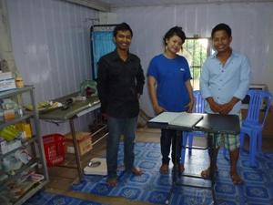 Praxisraum im Dorf bei der Müllkippe mit drei Helfern