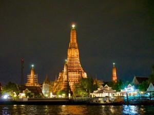 Der prächtig beleuchtete Wat Arun