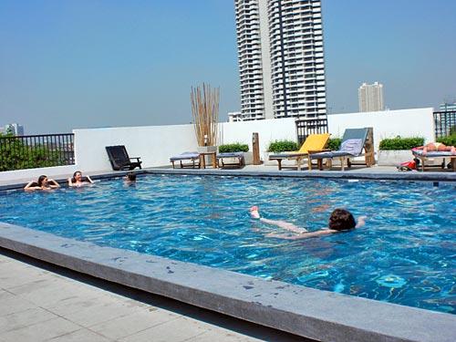 Schwimmen im Pool auf dem Hoteldach