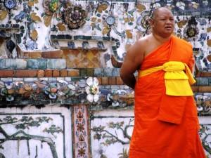 Ein buddhistischer Mönch in seinem traditionellen Gewand