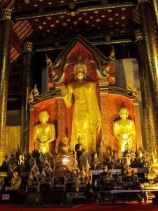 chiang-mai-tempel-stehender-buddha