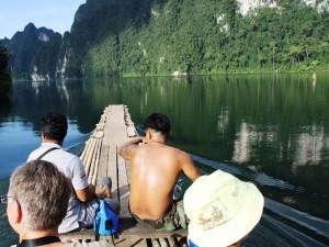 Mit dem Longtailboot über den Stausee