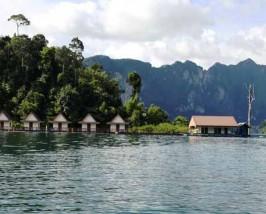 Schwimmende Häuschen auf dem Ratcha Praba Stausee im Khao Sok