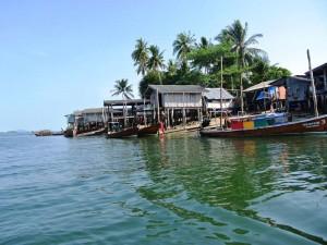 Blick auf ein kleines Fischerdorf an der Küste von Koh Jum
