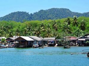 Ein Fischerdorf beim Inselhopping Thailand
