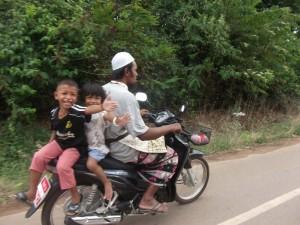 Inselhopping Thailand - Einheimische auf einem Roller