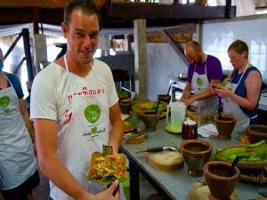 Bei einem Kochkurs während des Inselhopping in Thailand die Geheimnisse der Thaiküche entdecken