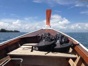 Mit einem Longtailboot unterwegs in der Andamanensee in Richtung Koh Lanta