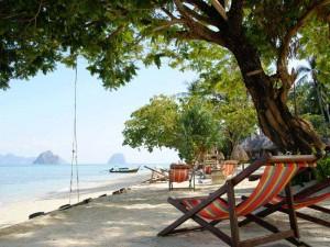 Liegestühle am Strand von Koh Ngai