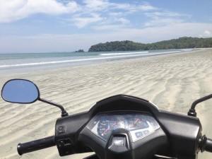 Mit dem Roller unterwegs am Strand von Koh Phayam