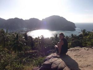 Reisespezialistin bei Aussichtspunkt auf Koh Phi Phi