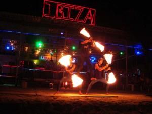 Bei einer typischen Feuershow den Abend auf Koh Phi Phi ausklingen lassen