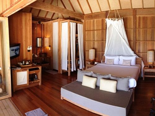 Geschmackvoll eingerichtetes Zimmer im Hotel auf Koh Tao