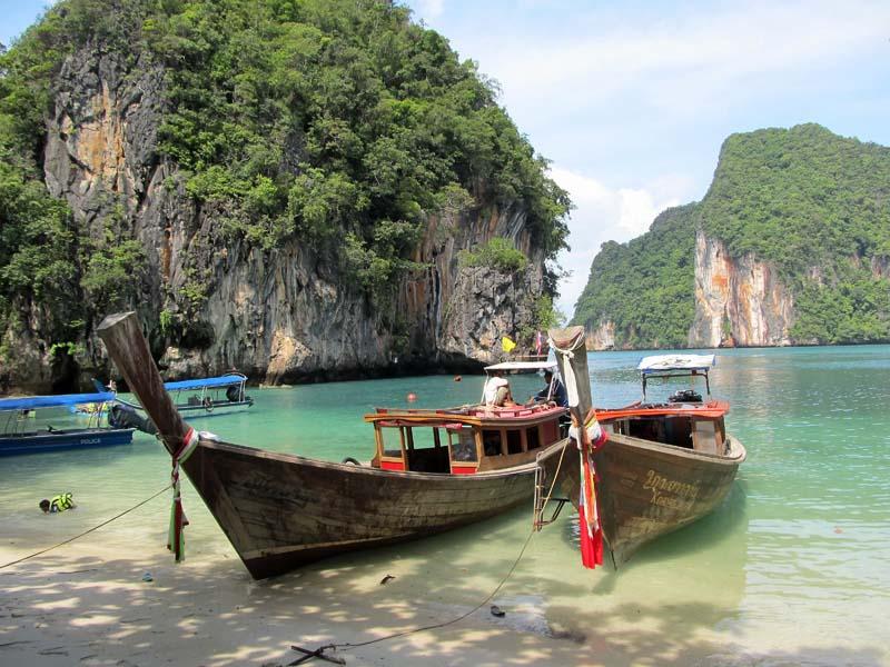 Für Thailand typischen Longtailboote in der Phang Nga Bucht