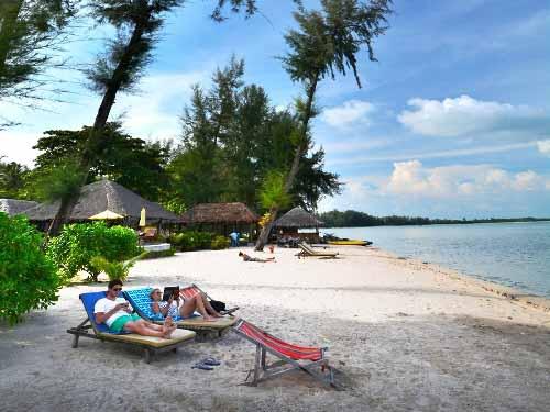 Liegen am Strand von Koh Yai Yai