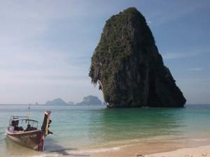 krabi-longtailboot-kalksteinfelsen