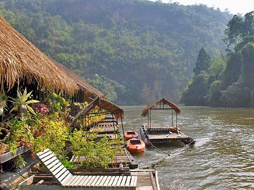 Schwimmende Bungalows auf dem River Kwai