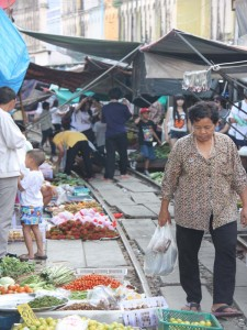 river-kwai-mae-klong-train-market-frau