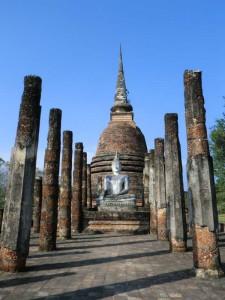 sukhothai-historical-park-buddha-statue-saeulen