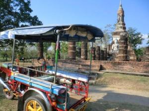 Tuk Tuk vor einem Tempel im Geschichtspark Sukhothai