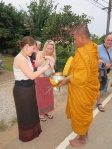 sukhothai-homestay-moench-almosen-geben