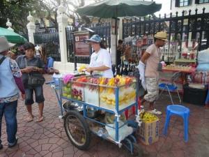 Eine Obstverkäuferin in Bangkok