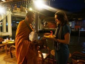 Geben Sie den Mönchen Almosen