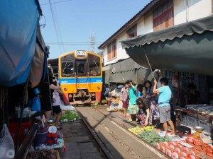 Thailand Highlights - Train Market in der Nähe von Bangkok