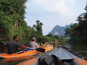 Kanu fahren auf dem Khao Sok River im Khao Sok Nationalpark