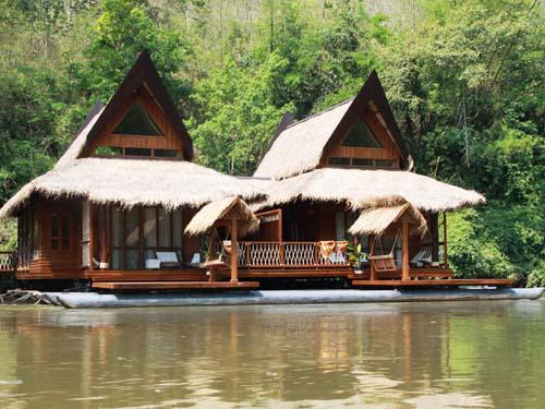 Komfortable Übernachtung auf dem Fluss Kwai