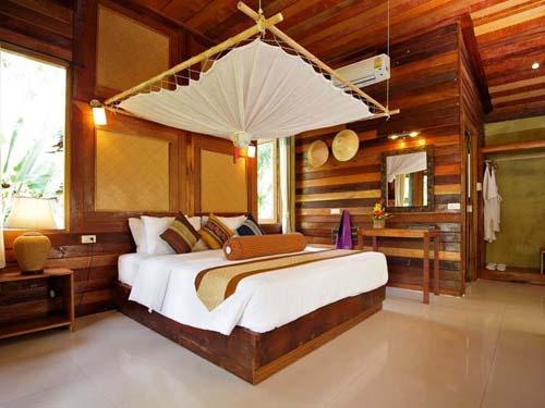 Im Thaistil eingerichtetes Zimmer auf Koh Tao