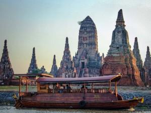 Blick auf die Boote und Tempelruinen in Ayutthaya